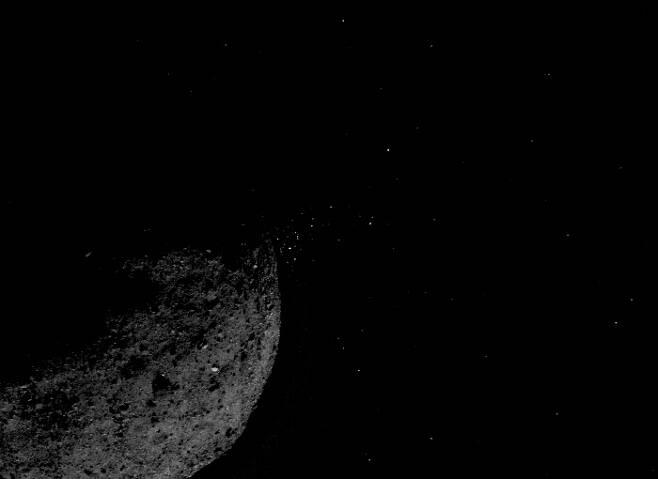미국항공우주국(NASA)의 소행성 탐사선 오시리스-렉스가 지난 1월19일 촬영한 소행성 베누의 암석 파편 분출 모습. 오시리스-렉스는 이 소행성의 표토 시료를 채취해 지구로 귀환할 예정이다.  미국항공우주국(NASA)·애리조나대학·록히드마틴 제공