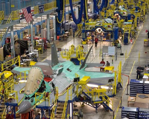 미국 텍사스주 포트워스 소재 록히드마틴 생산라인에서 F-35를 제조하는 모습. 우리 정부는 5세대 전투기 F-35A와 차세대 전투기(KF-X) 사업을 동시에 추진하고 있다. 록히드 마틴 제공