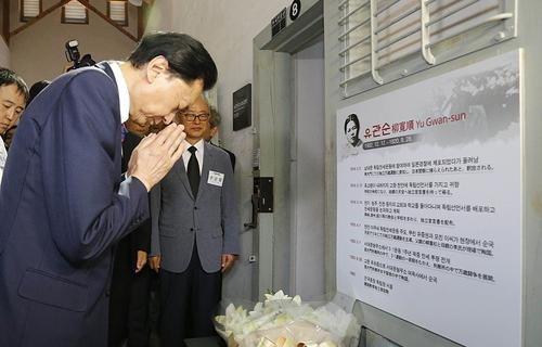 하토야마 유키오 전 일본 총리가 유관순 열사에 대한 설명을 듣고 유관순 열사가 수감됐던 여옥사 내 8호 감방 앞에서 헌화를 하고 있다.