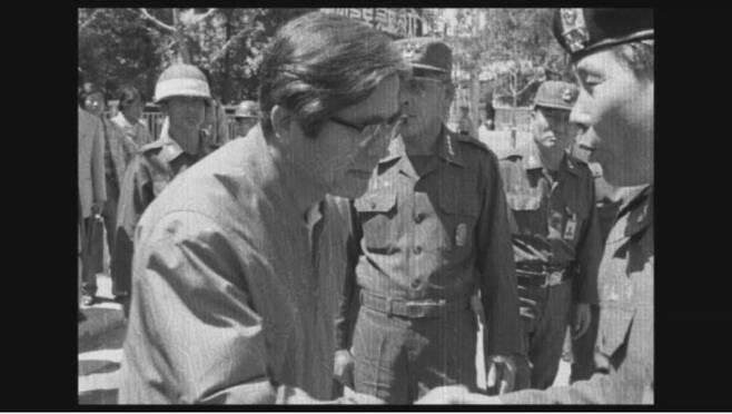 정호용 전 특전사령관(오른쪽)이 1980년 5월27일 시민군이 진압된 뒤 전남도청을 방문하자 장형태 당시 전남지사가 고개를 숙이며 인사하고 있다.  5·18민주화운동기록관 제공