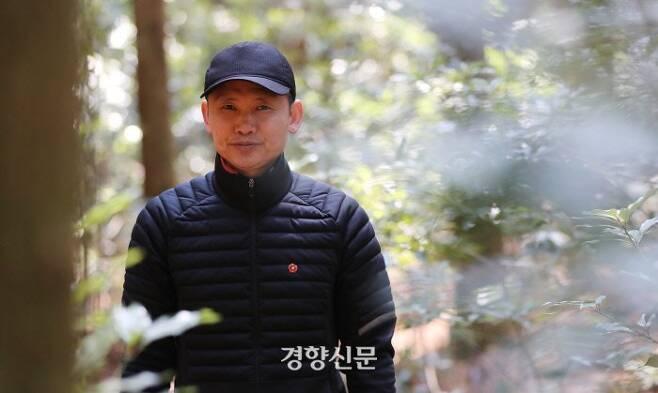 김동수(55)씨가 제주도 사려니숲길에서 일을 하던 도중 사진 촬영에 응했다. / 권도현 기자