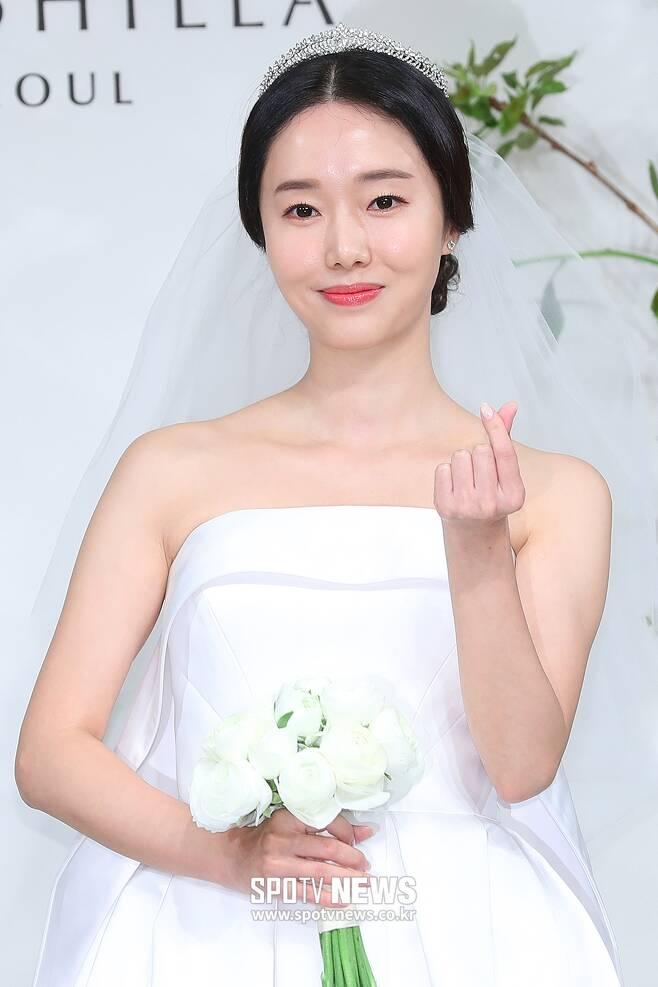 ▲ 이정현, 사랑스러운 신부의 하트 뿅!