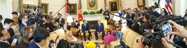 문재인 대통령이 11일(현지시간) 백악관 오벌오피스에서 열린 한미 정상 단독회담에서 도널드 트럼프 미 대통령과 환담하고 있다. 청와대 사진기자단