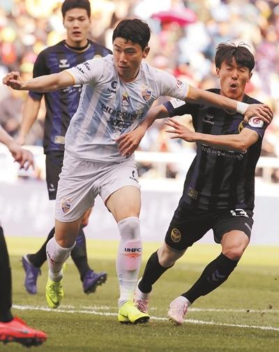 울산 현대의 김인성(가운데)이 14일 인천축구전용경기장에서 열린 K리그1 인천 유나이티드와의 경기에서 상대 수비수들과 치열한 볼다툼을 벌이고 있다. 한국프로축구연맹 제공