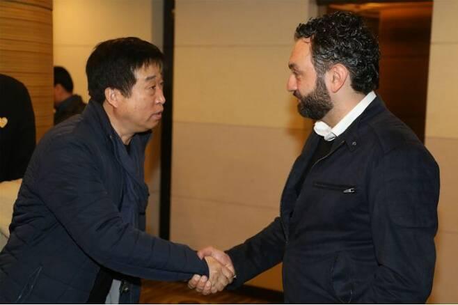 한국 남녀 배구대표팀 전임 사령탑 김호철 감독(왼쪽)과 라바리니 감독. (사진=연합뉴스)