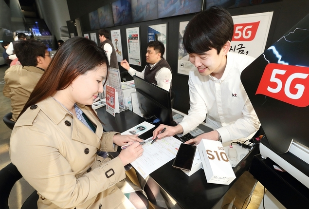 KT 대리점에서 이용자가 5G 서비스 가입에 필요한 안내를 받고 있다, 출처: KT