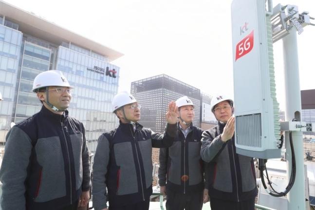 KT 황창규 회장이 서울 광화문 일대 5G 네트워크 기지국 구축 현장을 살피는 모습, 출처: KT