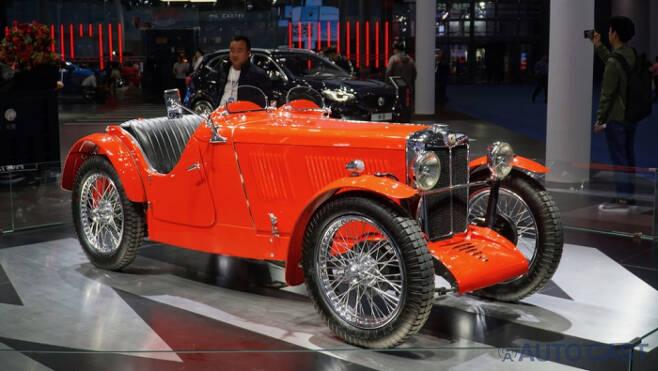 모건의 옛날 차를 전시해 브랜드의 전통성을 살리려는 준비를 했다.