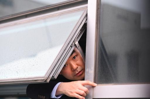바른미래당 채이배 의원이 25일 국회의원회관 자신의 사무실 창 밖으로 얼굴을 내밀며 탈출을 도와 달라고 호소하고 있다. 국회 사법개혁특별위원회 위원으로 새로 보임한 채 의원은 이날 자유한국당 의원들에게 6시간여 막혀 방을 나올 수 없었다. 이재문 기자