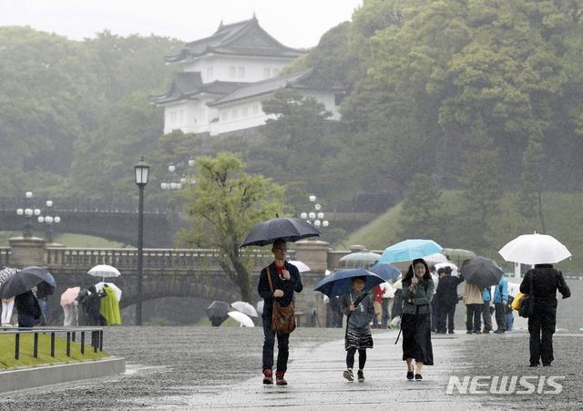 【도쿄=교도·AP/뉴시스】아키히토 일왕 퇴위식이 30일 오전 10시부터 시작된 가운데 도쿄 왕궁 주변에 우산을 쓴 사람들이 모여있다. 2019.04.30