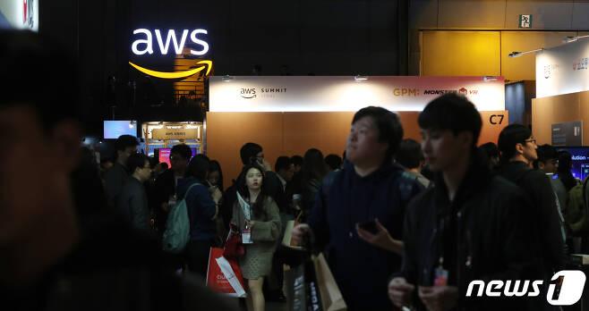 지난달 17일 서울 강남구 코엑스에서 열린 'AWS(아마존웹서비스) 서밋 서울 2019'을 찾은 관람객들이 전시장을 둘러보고 있다.  © News1 이승배 기자