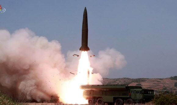 북한 조선중앙TV가 5일 전날 동해 해상에서 김정은 국무위원장 참관 하에 진행된 화력타격 훈련 사진을 방영했다. '북한판 이스칸데르' 미사일로 추정되는 전술유도무기가 날아가는 모습.2019.5.5 연합뉴스
