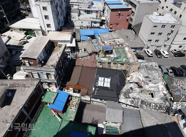 서울의 한 쪽방 밀집 지역에 낡은 지붕의 건물들이 다닥다닥 붙어 있다. 홍인기 기자