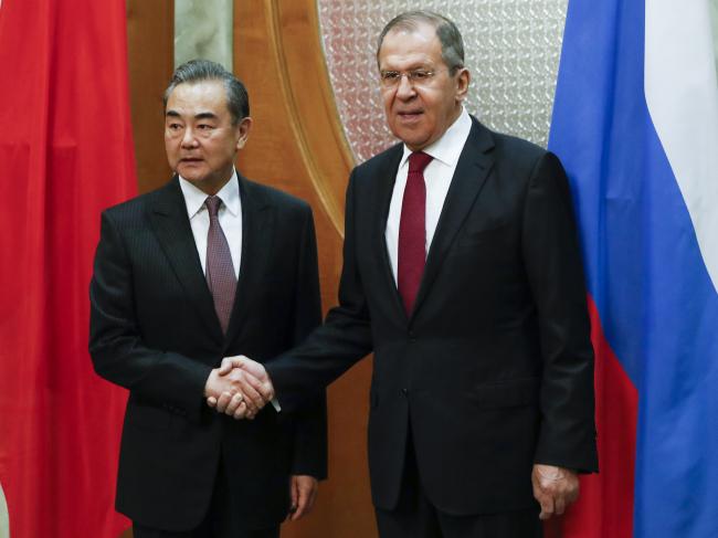 세르게이 라브로프(오른쪽) 러시아 외무장관과 왕이 중국 외교부장은 13일(현지시각) 러시아 소치에서 외교장관 회담을 갖고 한반도 현안과 관련해 미국ㆍ중국ㆍ러시아가 참여하는 '3자 대화'를 제안했다. [AP]