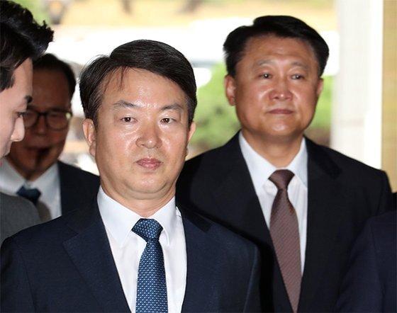 강신명(왼쪽)·이철성 전 경찰청장이 영장심사를 받기 위해 법원에 나오고 있다. [최정동 기자]