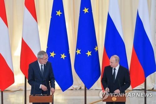 (소치[러시아] 타스=연합뉴스) 푸틴 대통령(오른쪽)이 15일(현지시간) 러시아 남부 휴양도시 소치를 방문한 알렉산더 판데어벨렌 오스트리아 대통령과 회담한 뒤 공동 기자회견을 하고 있다.