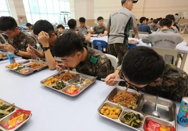 군대 급식 모습. 연합뉴스 제공