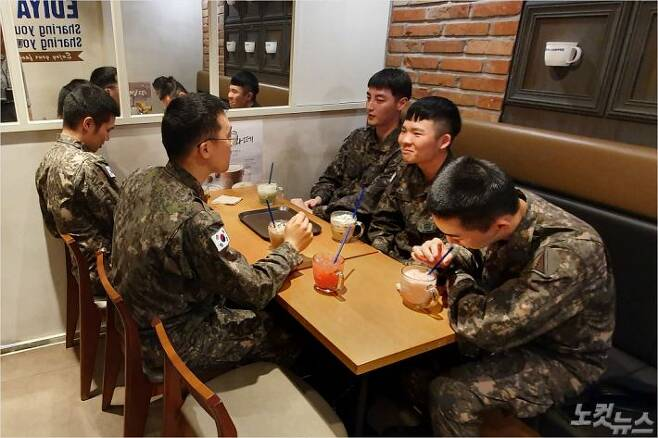 평일 오후 부대 밖 카페에서 커피를 마시는 장병들. (사진=송승민 수습기자)