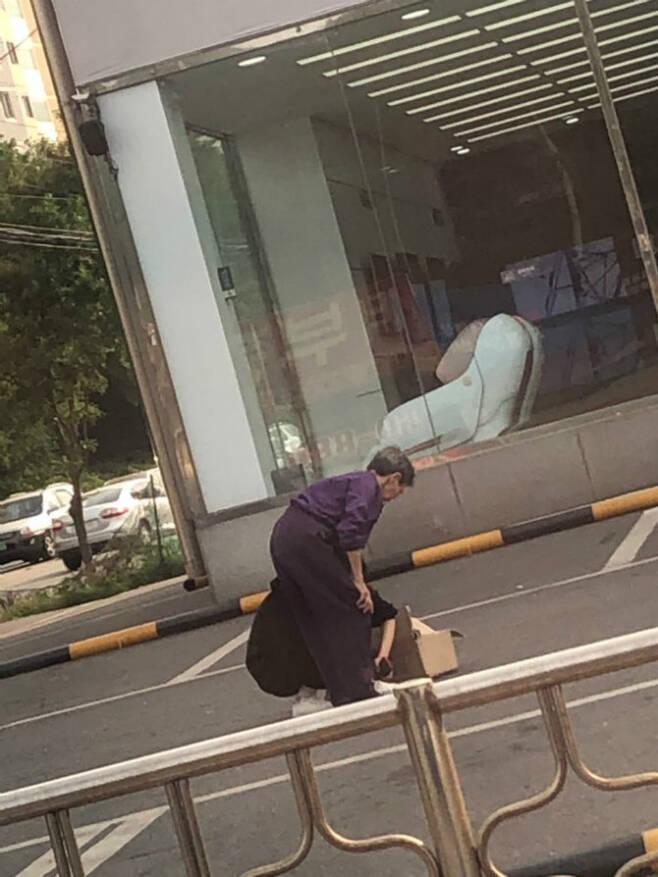 인터넷 커뮤니티 '보배드림'에 올라와 화제가 된 치매 노인에게 신발을 벗어준 20대 여성의 사연 (사진출처=보배드림) © 뉴스1
