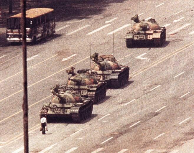 톈안먼 사태 당시 4대의 탱크 행렬을 가로막고 있는 남성의 사진. /사진=로이터