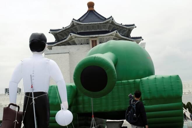 대만 타이페이 장개석 기념관 앞에 설치된 '탱크맨' 조형물 /사진=로이터