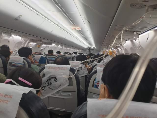 """""""승객들이 '산소마스크가 제대로 작동하지 않는 것 같다'고 소리쳤지만 승무원들은 산소마스크를 착용한 채 좌석에만 앉아있었다""""고 탑승 승객 A씨는 당시의 긴박한 상황을 전했다. ⓒ탑승 승객 제공"""