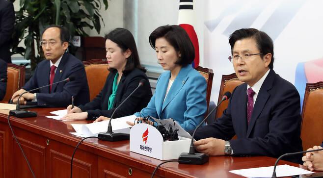 황교안 자유한국당 대표(맨 오른쪽)가 13일 오후 국회에서 열린 최고위원회의에서 발언하고 있다. 김경호 선임기자 jijae@hani.co.kr