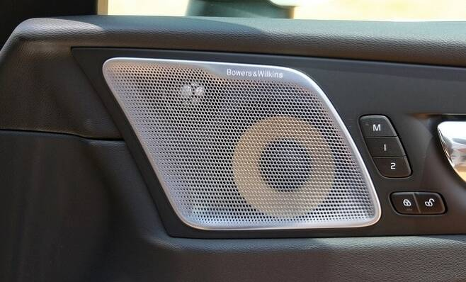 1열 운전석은 12인치 모니터에 차량에 관한 대부부의 정보를 담으면서 직관적으로 변했고, 고급스러움을 한껏 살렸다.