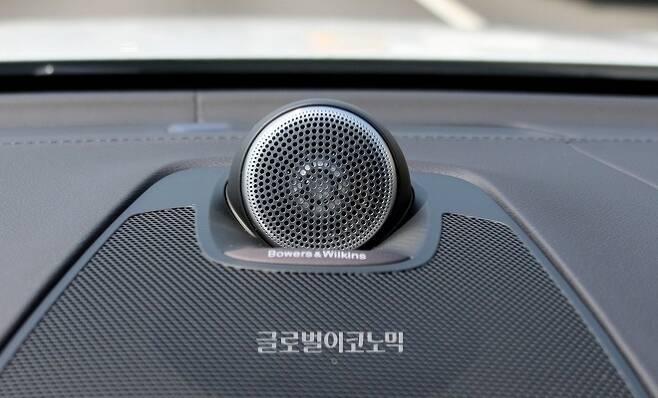 볼보의 신차에 탑재되기 시작한 바우어 앤 웰킨스 오디오 시스템. 소리를 높이면 오케스트라에 버금가는 성량을 보여 준다.