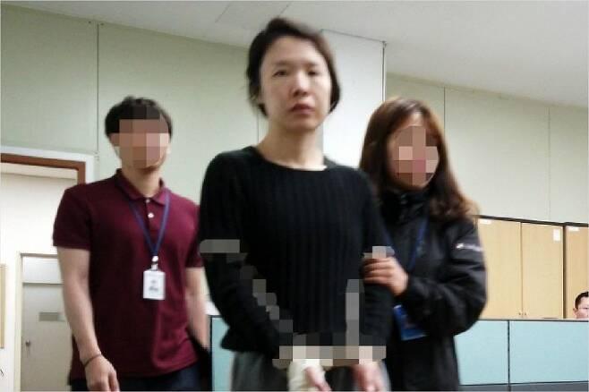 전 남편을 살해한 혐의로 구속된 고유정(36)이 제주동부경찰서 유치장에서 나와 진술녹화실로 이동하고 있다. (사진=연합뉴스)