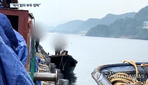 부두에 정박한 북한 어선 (서울=연합뉴스) 지난 15일 북한 선원 4명이 탄 어선이 연안에서 조업 중인 어민의 신고로 발견됐다는 정부 당국의 발표와 달리 삼척항에 정박했다고 KBS가 18일 보도했다. 사진은 북한 어선이 삼척항 내에 정박한 뒤 우리 주민과 대화하는 모습. 2019.6.18 [KBS 제공.재판매 및 DB금지] photo@yna.co.kr