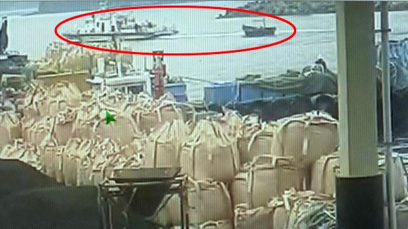 지난 15일 북한 주민 4명이 승선한 목선이 해군과 육군, 해경의 3중 감시망을 뚫고 강원 삼척항에 접안한 것으로 19일 확인됐다. 사진은 해경 경비정에 의해 예인되는 북한 목선(원안) 모습.  삼척 연합뉴스