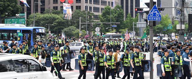 트럼프 미국 대통령이 청와대를 방문한 30일 서울 광화문 사거리를 경호하던 경찰 병력들이 이동하고 있다. 서재훈 기자