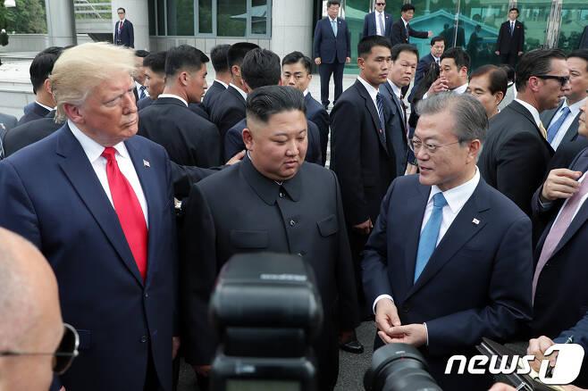문재인 대통령과 도널드 트럼프 미국 대통령이 30일 오후 판문점에서 김정은 북한 국무위원장을 만나 대화나누고 있다.(청와대 제공) 2019.6.30/뉴스1
