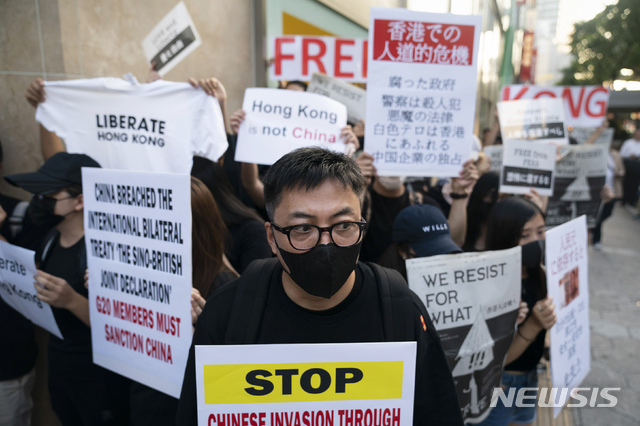 【오사카=AP/뉴시스】6월28일 일본 오사카에서 주요 20개국(G20) 정상회의가 개막한 가운데 반중국 시위대가 최근 홍콩 시위 사태에 관한 손팻말을 들고 시위하고 있다 . 2019.07.01.