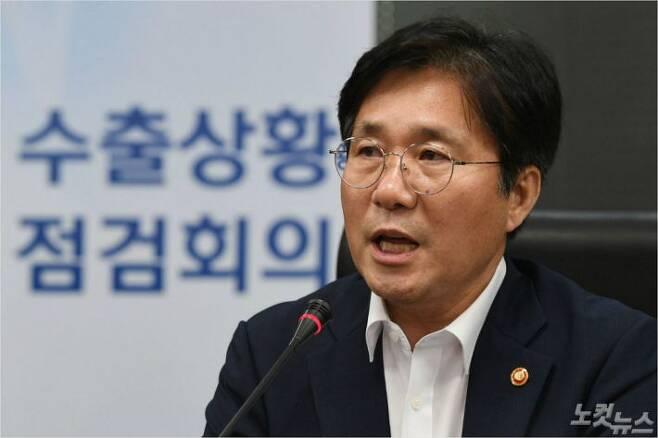 성윤모 산업통상자원부 장관이 1일 오후 서울 중구 한국무역보험공사에서 열린 수출상황 점검회의에서 모두발언하고 있다. 이한형기자