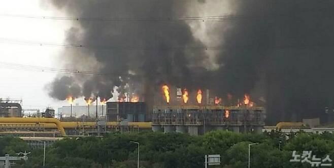 1일 오전 9시 11분쯤 포스코 광양제철소에서 정전사고로 인해 한 시간가량 불꽃과 검은 연기가 치솟았다.(사진=독자 제공)