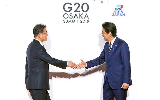 문재인 대통령이 지난 6월 28일 오전 인텍스 오사카에서 열린 G20 정상회의 공식환영식에서 의장국인 일본 아베 신조 총리와 악수하고 있다. /사진=(오사카)이충우 기자