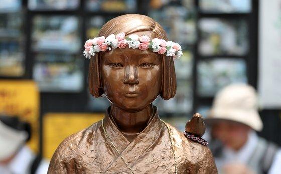 서울 종로구 옛 일본대사관 앞에 설치된 평화의 소녀상. [뉴스1]
