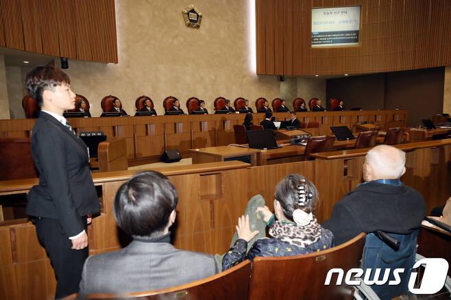 30일 오후 서울 서초구 대법원에서 열린 전원합의체에서 일제 강제징용 피해자 중 유일 생존자인 이춘식(94) 할아버지가 판결을 기다리고 있다. 2018.10.30/뉴스1 © News1 안은나 기자