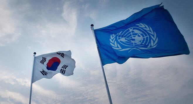 유엔군사령부가 한반도 유사시 일본을 통한 전력 이동을 지속적으로 강화하겠다는 '2019 전략 다이제스트'를 11일 누리집에 올렸다. 일본에 있는 유엔사 후방기지의 역할을 재확인한 것이나, 한글본에선 '일본을 통해'라는 부분이 빠진 채 '일본과의 지원 및 전력 협력'을 지속하겠다고 표현해 한반도 유사시 전력을 제공받을 국가에 일본을 포함시키려는 속내를 비친 게 아니냐는 해석이 나왔다. 사진은 2013년 6월 촬영한 비무장지대(DMZ)의 태극기와 유엔기. 연합뉴스