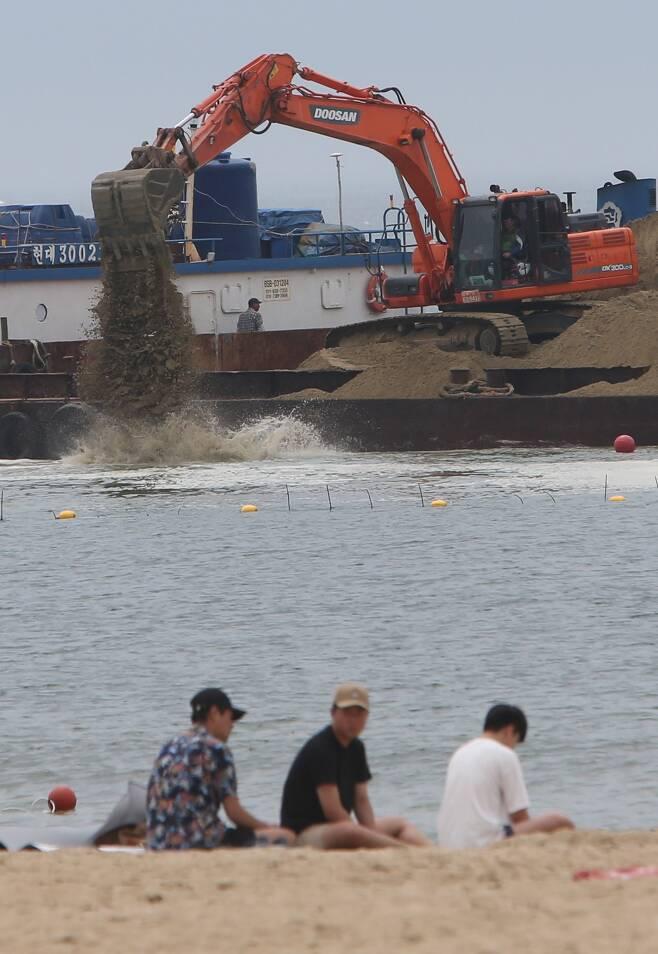 2016년 6월 부산 해운대해수욕장에서 이안류(역조현상) 피해를 예방하기 위한 모래투입 작업이 진행되고 있다. [중앙포토]