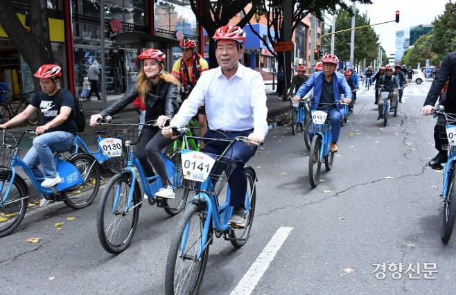 중남미를 순방 중인 박원순 시장이 14일(현지시간) 오전 콜롬비아 보고타의 '시클로비아(Ciclovia)' 현장에서 자전거를 타고 있다.  서울시 제공