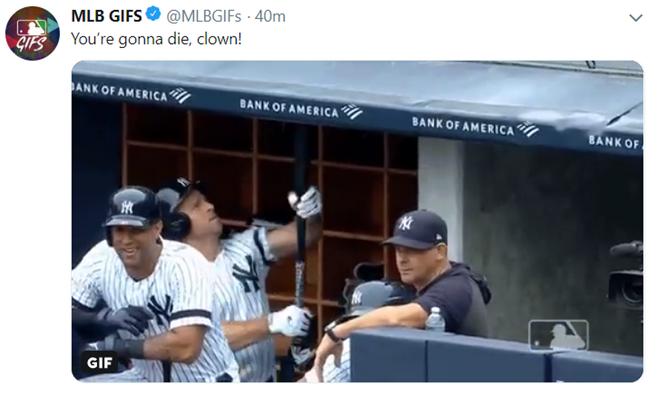 ▲ 뉴욕 양키스 브렛 가드너가 스트라이크 콜에 불만을 품고 더그아웃 지붕을 방망이로 두드리고 있다. ⓒ MLB GIFS 트위터 캡처.