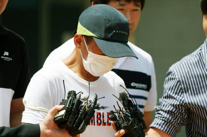 베트남인 아내를 폭행한 혐의로 구속기소된 한국인 남편(36)이 지난 7월 8일 광주지법 목포지원에서 영장실질심사를 받고 돌아가고 있다. 연합뉴스