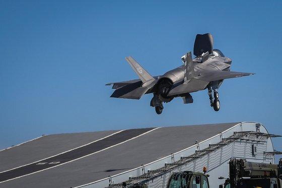 영국 해군의 항공모함인 퀸엘리자베스함에서 F-35B가 스키점프대에서 도약해 이륙하고 있다. 스키점프대 방식은 캐터펄트(사출기) 설치 공간이 부족한 항모에 많이 쓰인다. 한국형 항모에도 스키점프대가 장착될 예정이다. [EPA=연합뉴스]