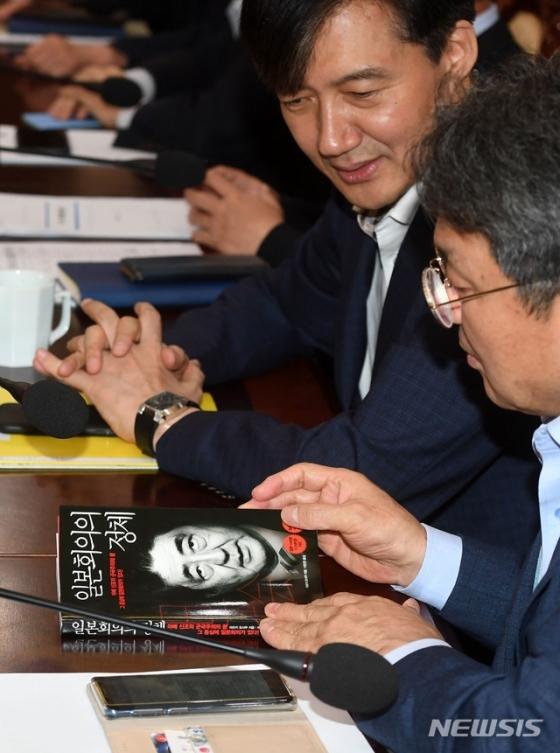 【서울=뉴시스】박진희 기자 = 조국 민정수석이 22일 청와대 여민관에서 열린 수석 비서관·보좌관 회의에 지참한 \