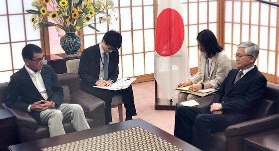 19일 일본 외무성에 초치된 남관표 주일한국대사가 고노 외상과 대화를 하고 있다. [연합뉴스]