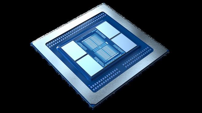 AMD의 라데온 VII. 중앙의 GPU 옆에 4개의 HBM2 메모리가 붙어 있는 구조. 출처: AMD