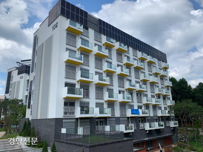 서울 노원구의 에너지제로주택 '노원이지하우스'의 102동 외관에 태양광 패널이 붙어 있다. / 주영재 기자